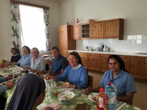 03 lunch bij de zusters in Roman