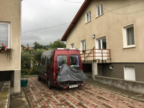 12 plek tussen het zusterhuis en het kinderhuis in Raducaneni.