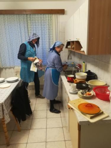 17 Piet Nijhuis helpt bij de afwas