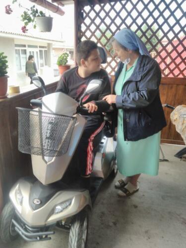 1 Zr. Krystyna met de gehandicapte jongen die van ons een scootmobiel kreeg
